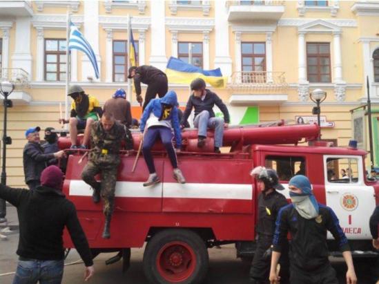 Odessa-fascists-block-firetrucks-2_0