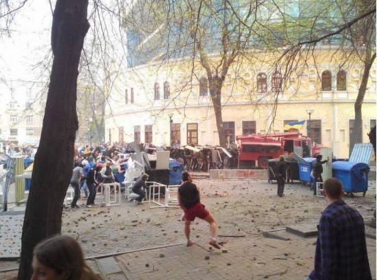 Odessa-fascists-block-firetrucks_0